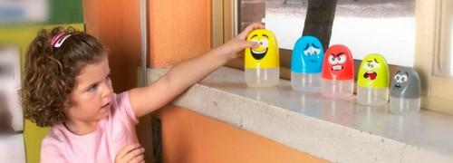 niña desarrollando la inteligencia emocional jugando