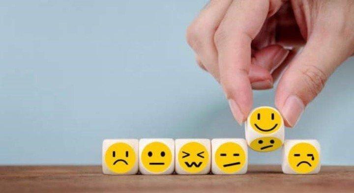 distintas emociones representadas en emojis y dados