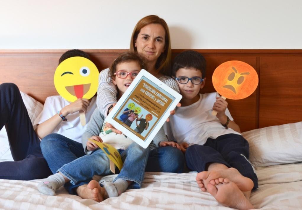 madre enseñando a niños inteligencia emocional