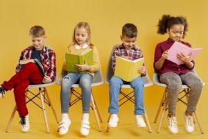 4 niños con juegos de lectura