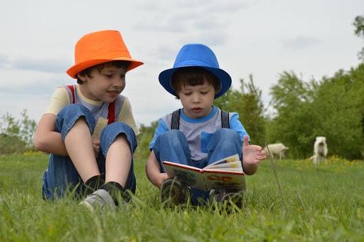 dos niños leyendo juntos