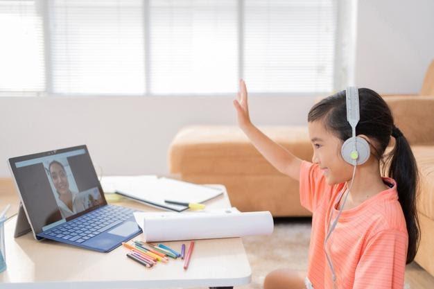 niña jugando aprendiendo con un ordenador en videollamada