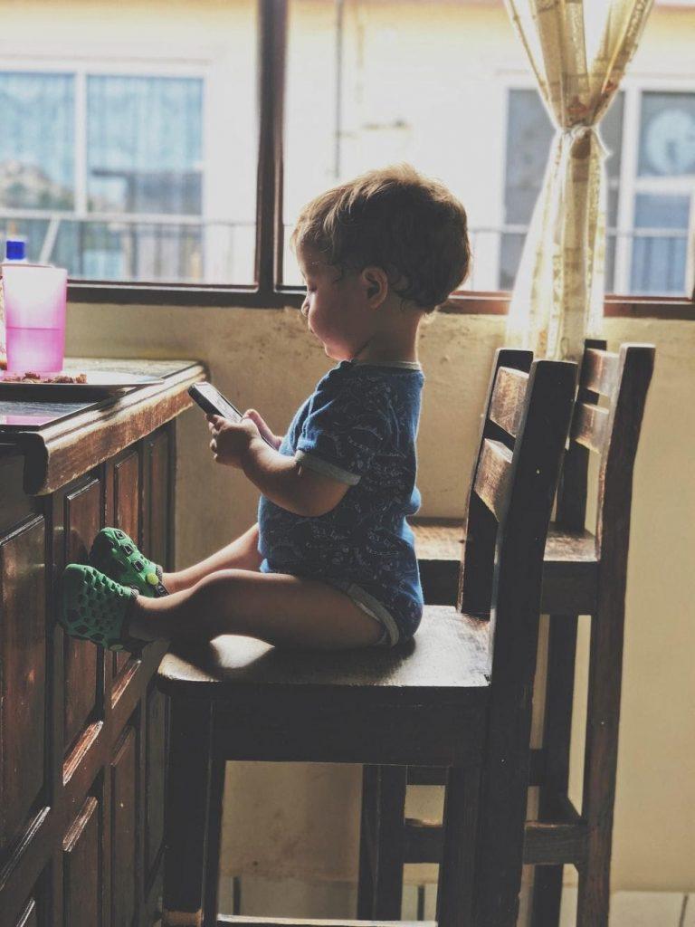 niño pequeño jugando juegos educativos onilne