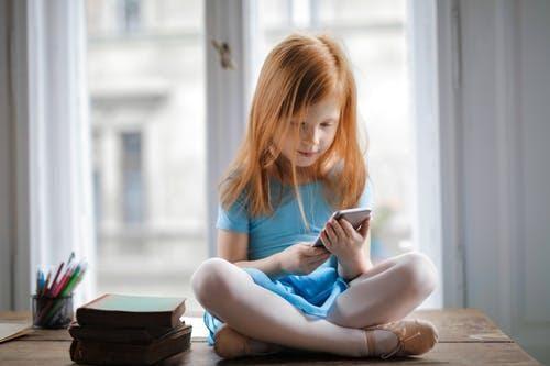 niña sentada jugando juegos educativos online