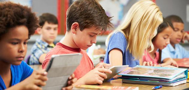niños en clase usando TIC