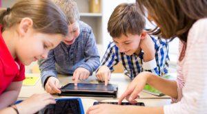 niños usando una tablet (TIC)