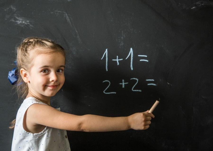 niña aprendiendo matematicas