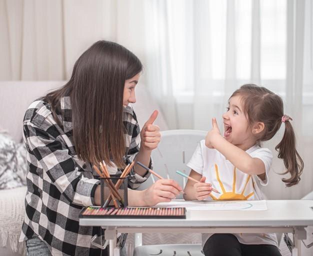 madre aplicando homeschooling con su hija