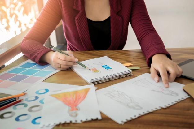 mujer haciendo visual thinking