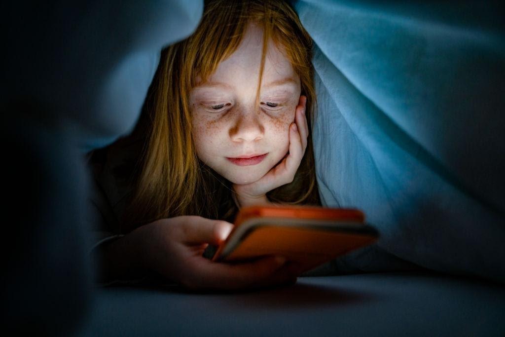 niña adicta a las redes sociales