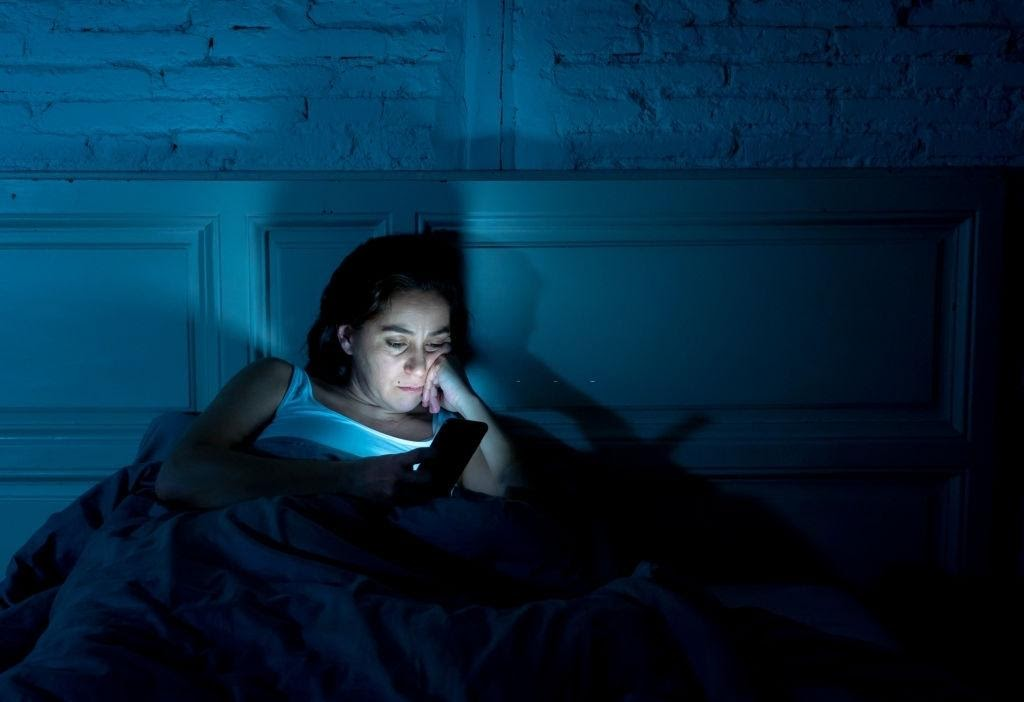 mujer adulta adicta a las redes sociales