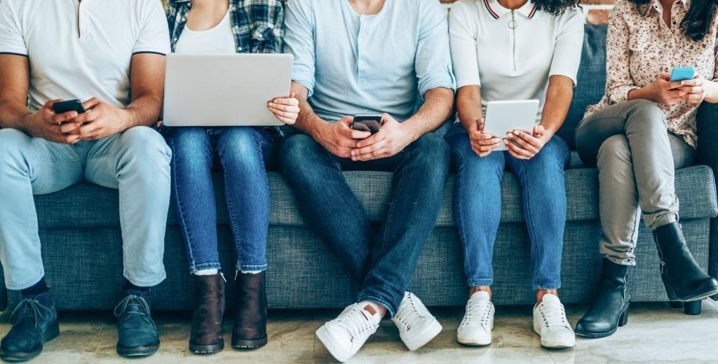 grupo de jovenes normalizando el uso de redes sociales