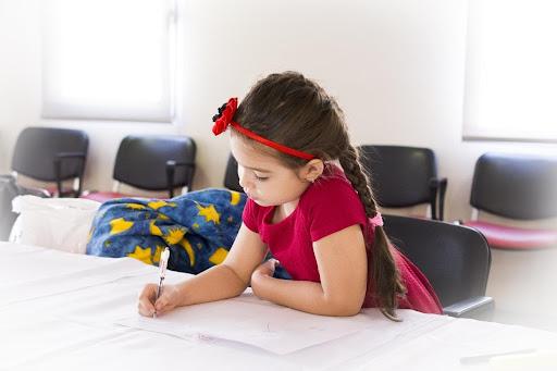 niña aprendiendo tablas de multiplicar 8